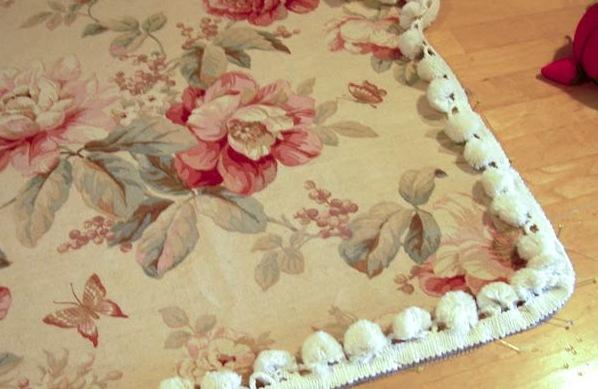 Обтачиваем края ткани в маленьких кусочках ткани.