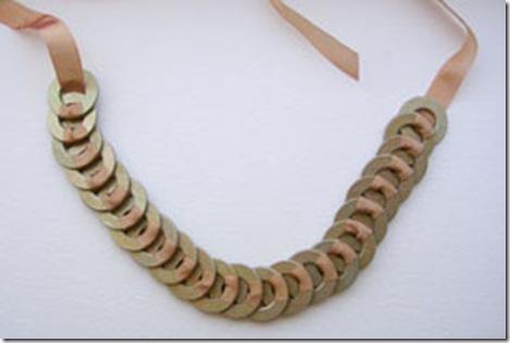 Простой урок по созданию бус).  Очень коротенький и простой урок, как сделать бусы, из подручных материалов!