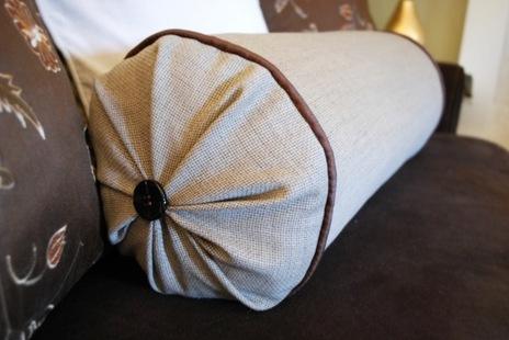 Сшить диванную подушку-валик очень легко потому, что при пошиве такой...
