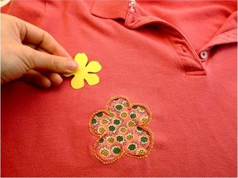 5. Чтобы заплатка не слишком выделялась на футболке, необходимо сделать такую же латку, но меньшего размера.