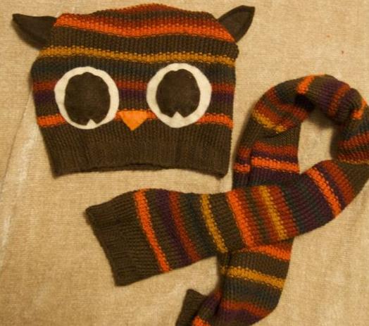 Из старого вытянувшегося детского жилета можно сшить пару необходимых ребенку вещей - например, шапочка и шарф.