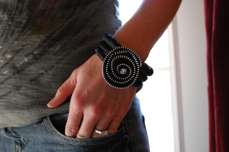 Из сломанных молний можно сделать, например, какие-нибудь оригинальные украшения, как-то задекорировать в одежде.