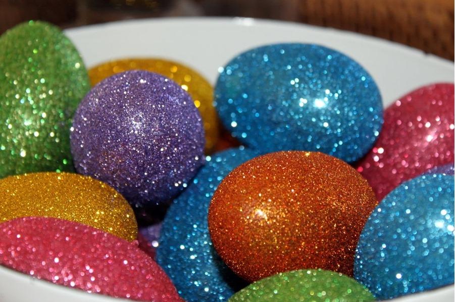 Красить яйца можно разными способами ...