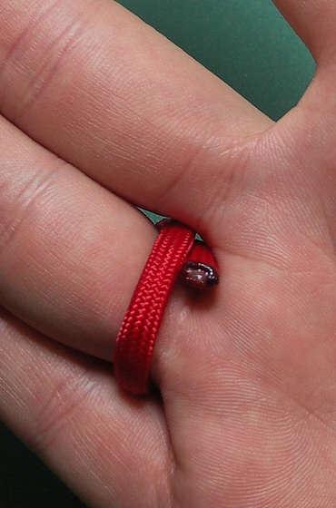 Как сделать модные разноцветные кольца из синтетических шнуров