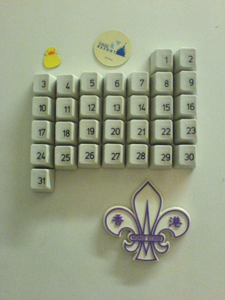 Из такой клавиатуры можно сделать очень интересный календарь на любой месяц, который будет.