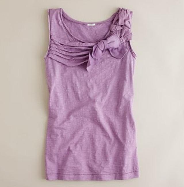 Украшаем переднюю часть футболки мелкими складками и небольшим бантом.