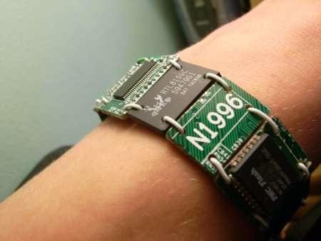 Прикольный браслет из компьютерных плат