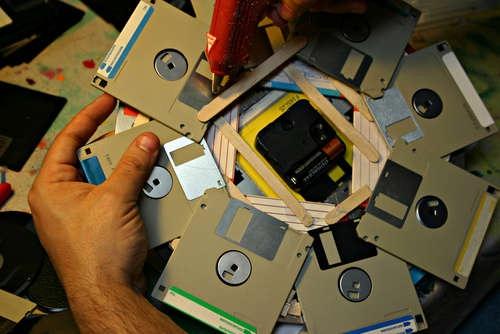 Часы из компьютерных дискет