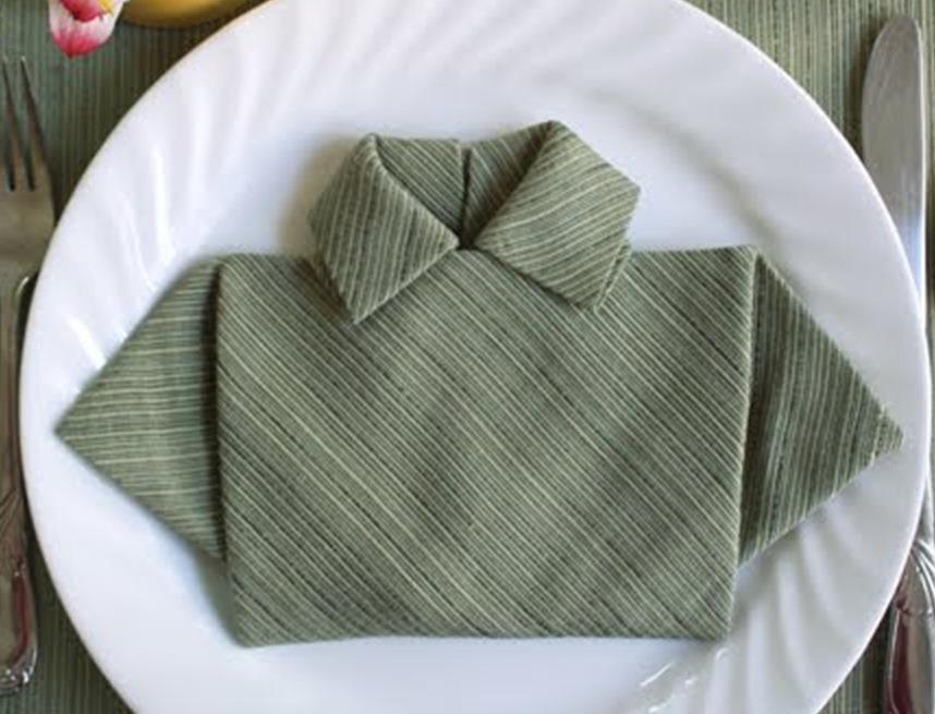 Все - салфетка, сложенная в виде мужской сорочки готова!