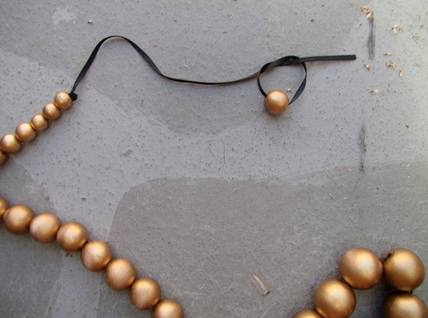 Как сделать украшение из золотых шариков