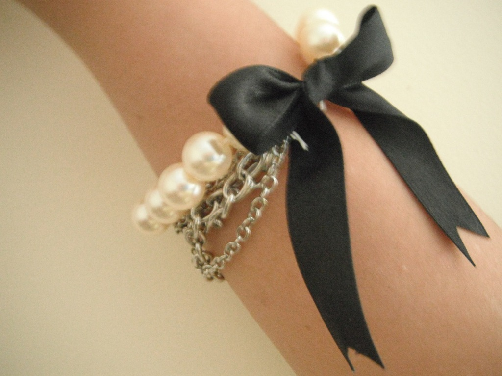 Как сделать браслет. .  В прошлый раз я нашла применение маленькой салфетке получился романтический вязаный браслет.