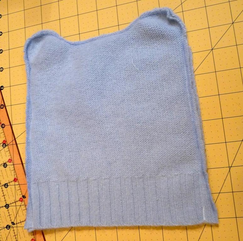 Все - головной убор из старого свитера готов!  Из пряжи сделайте помпоны.