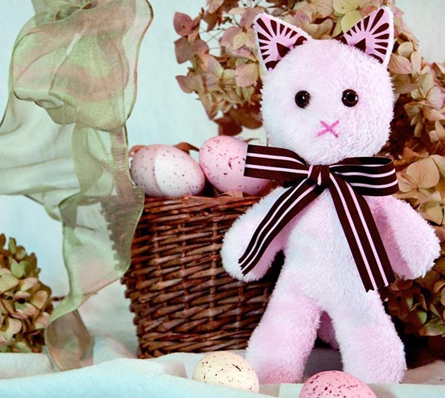 Хозяева кошек так любят своих питомцев,что с радостью заводят в доме их изображения в предметах интерьера и одежды.