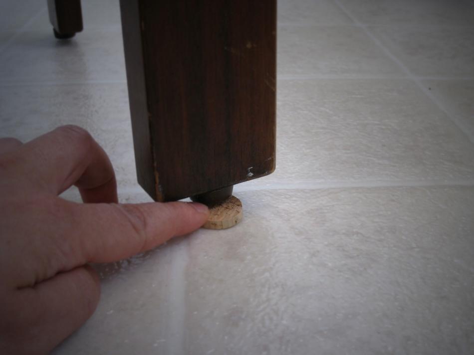 Хватит царапать мебелью пол! (1)