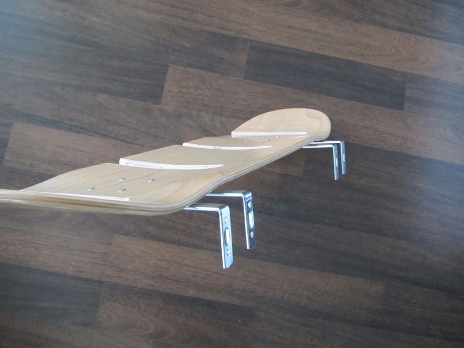 Держатель для скейтов из скейтбордных досок (6)