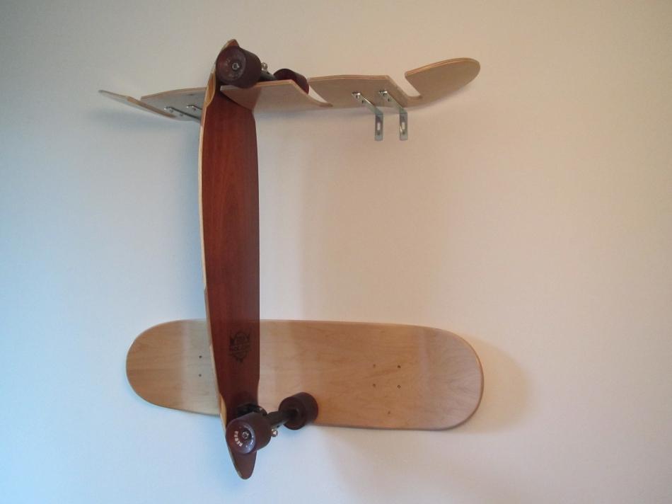 Держатель для скейтов из скейтбордных досок (2)