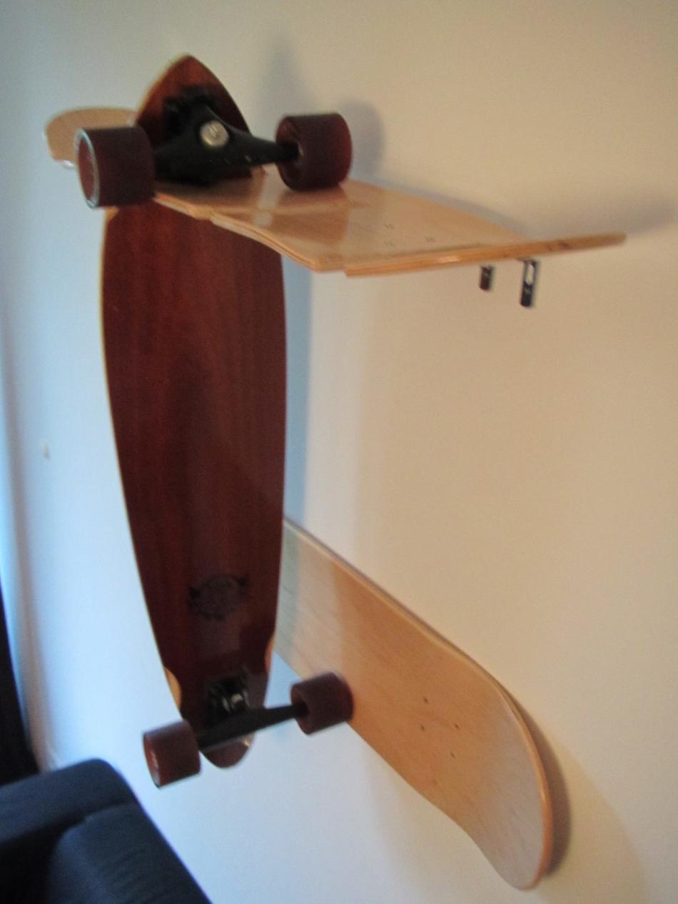 Держатель для скейтов из скейтбордных досок (1)