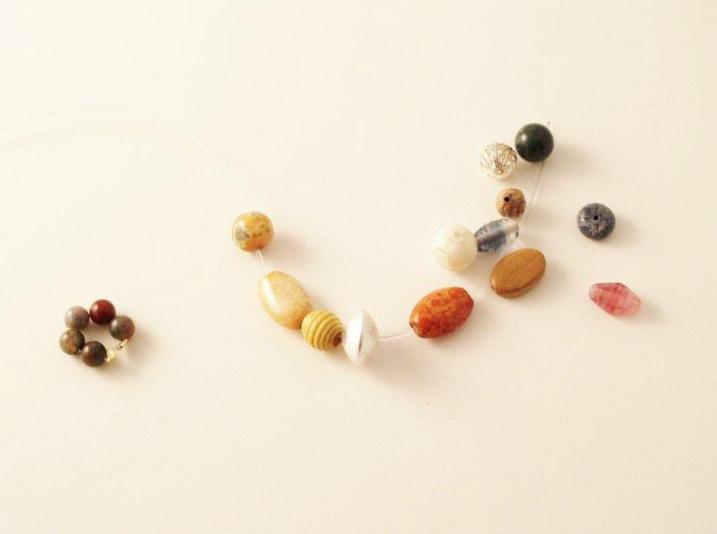 Как сделать браслет с разными бусинами (7)