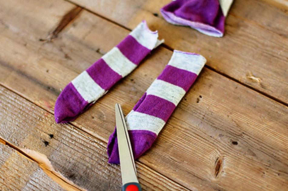 Как из одной пары носков сшить игрушку (12)