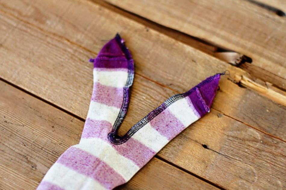 Как из одной пары носков сшить игрушку (11)