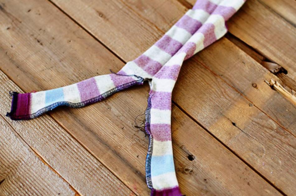 Как из одной пары носков сшить игрушку (10)