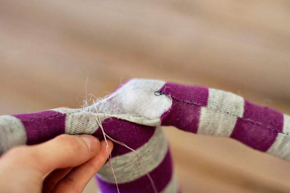 Как из одной пары носков сшить игрушку (8)