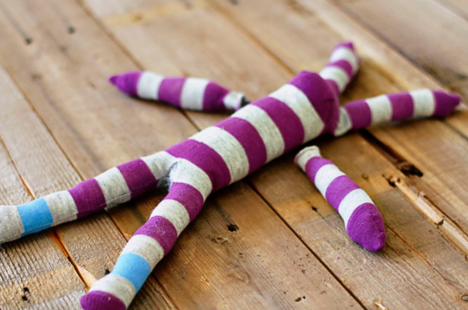Как из одной пары носков сшить игрушку (7)
