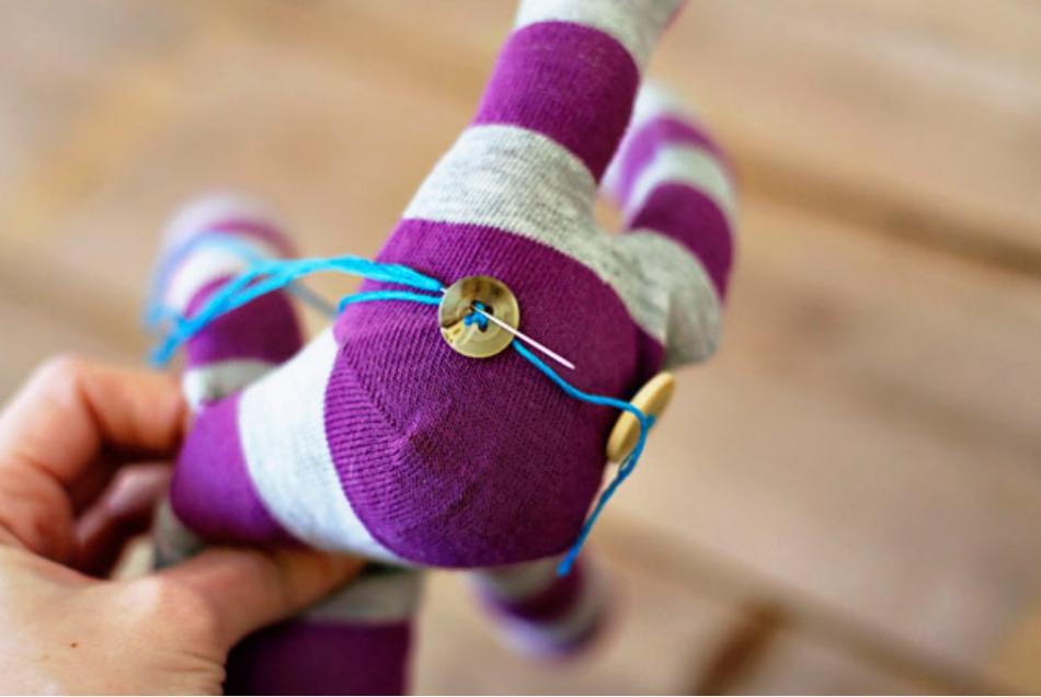 Как из одной пары носков сшить игрушку (4)