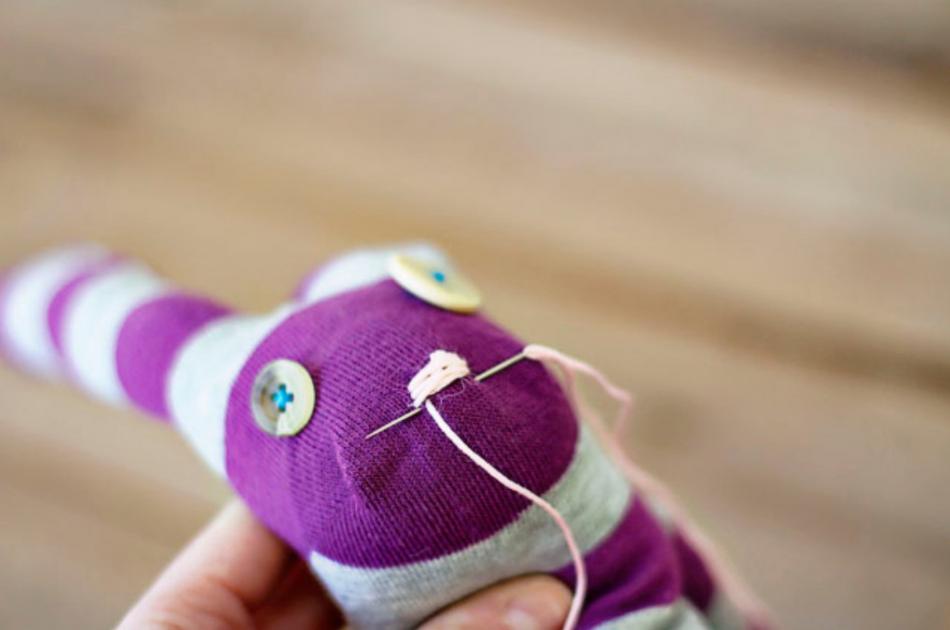 Как из одной пары носков сшить игрушку (3)