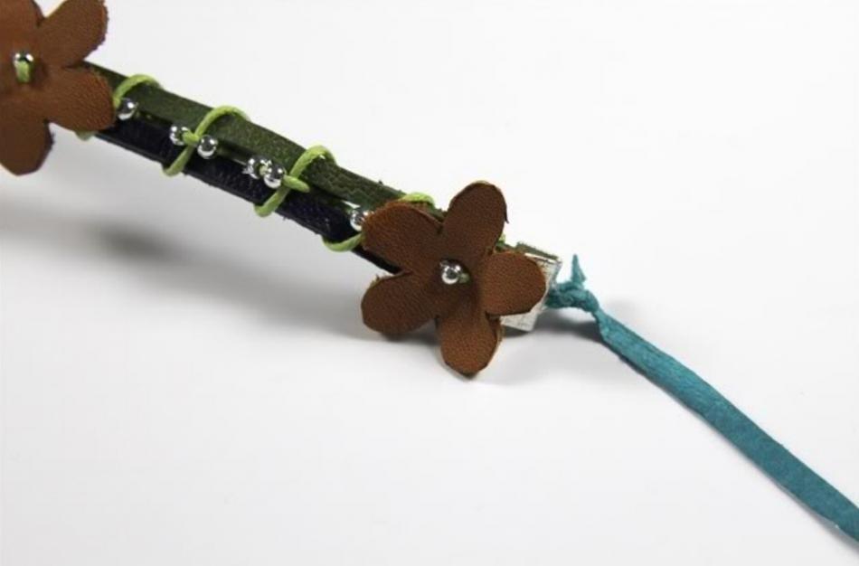 Кожаный браслет с цветочками (17)