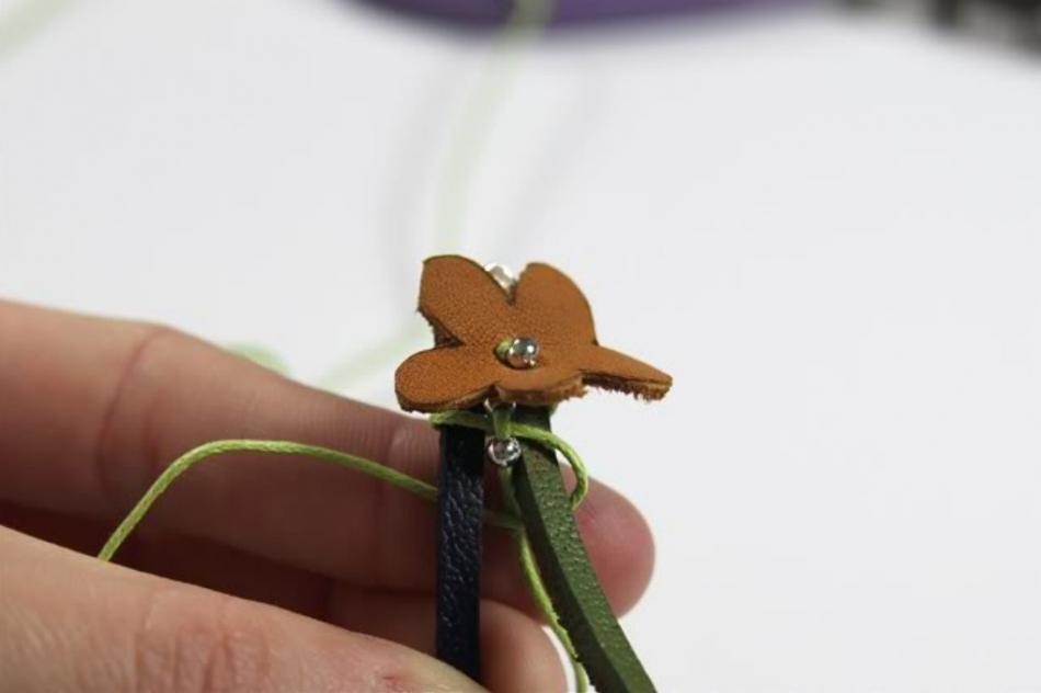 Кожаный браслет с цветочками (10)