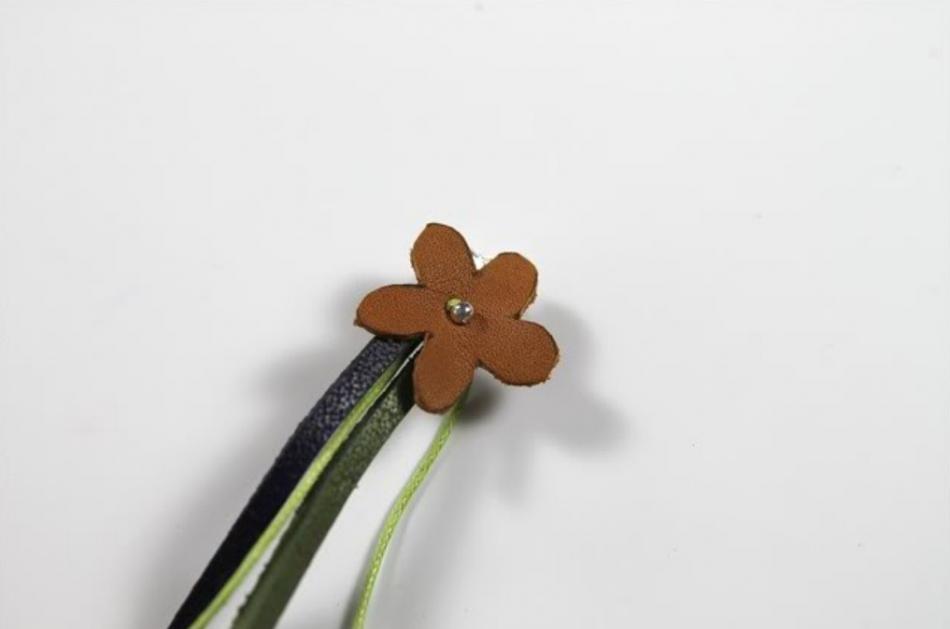Кожаный браслет с цветочками (8)