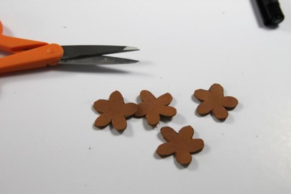 Кожаный браслет с цветочками (5)