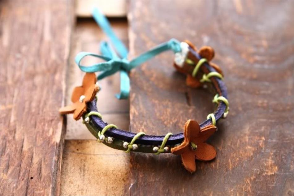 Кожаный браслет с цветочками (1)
