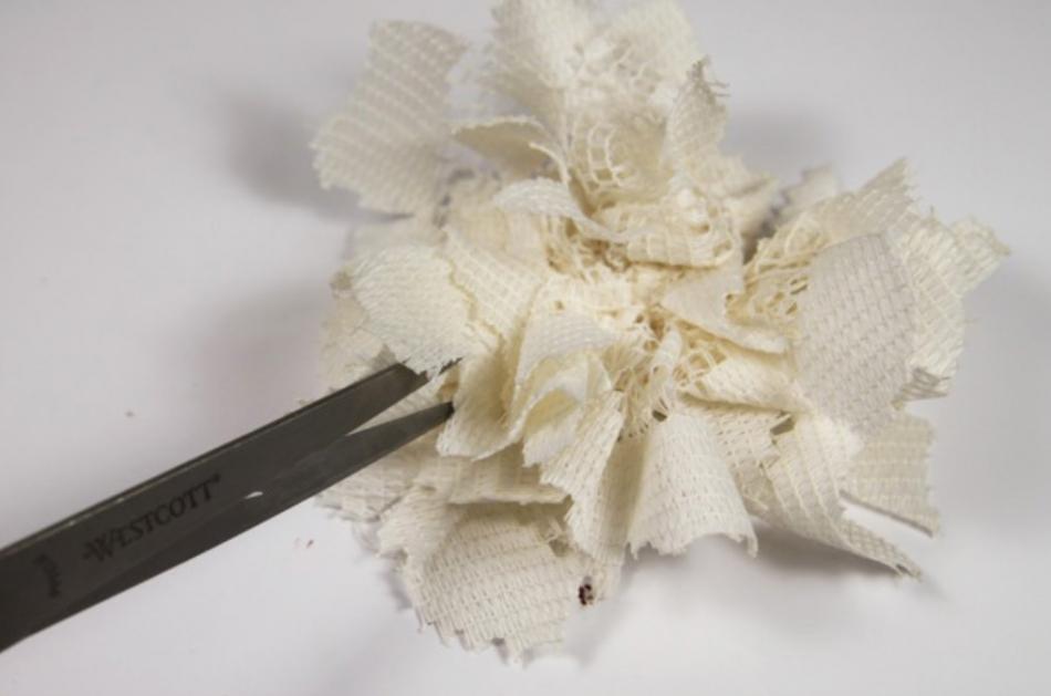 Как сделать цветок-заколку из гипюра (4)