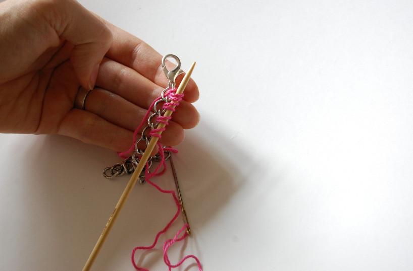 Вязаный браслет с цепочкой (13)