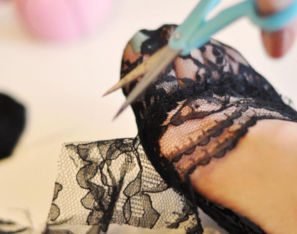 Как украсить туфли кружевом (5)