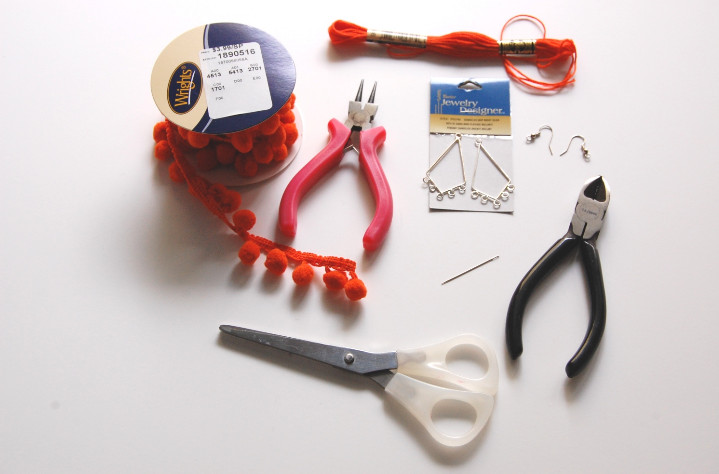 Как сделать сережки с помпонами (17)