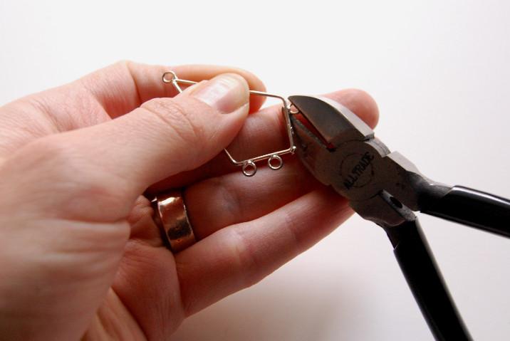 Как сделать сережки с помпонами (16)