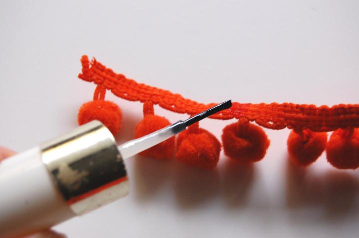 Как сделать сережки с помпонами (11)