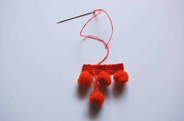 Как сделать сережки с помпонами (8)