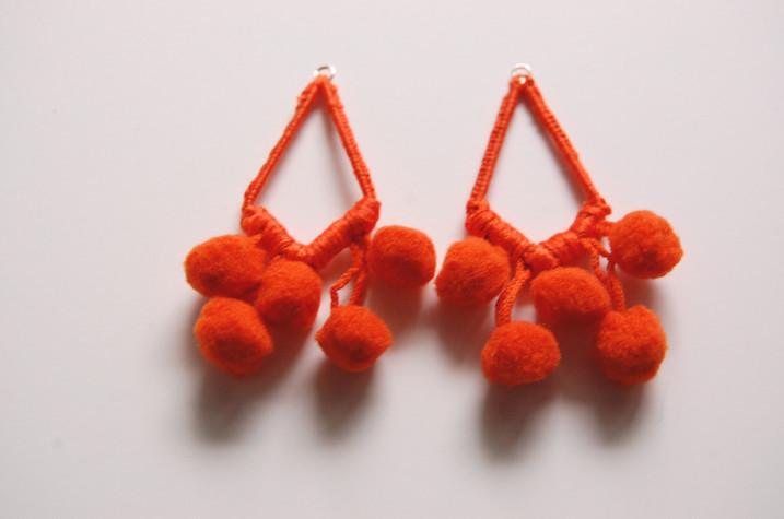 Как сделать сережки с помпонами (3)