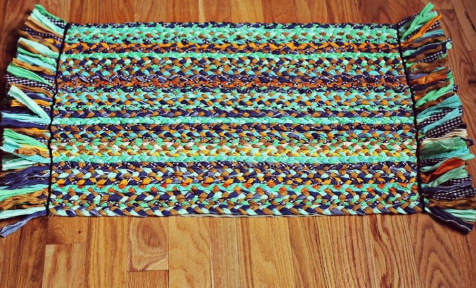 Как сделать коврик из футболок (3)