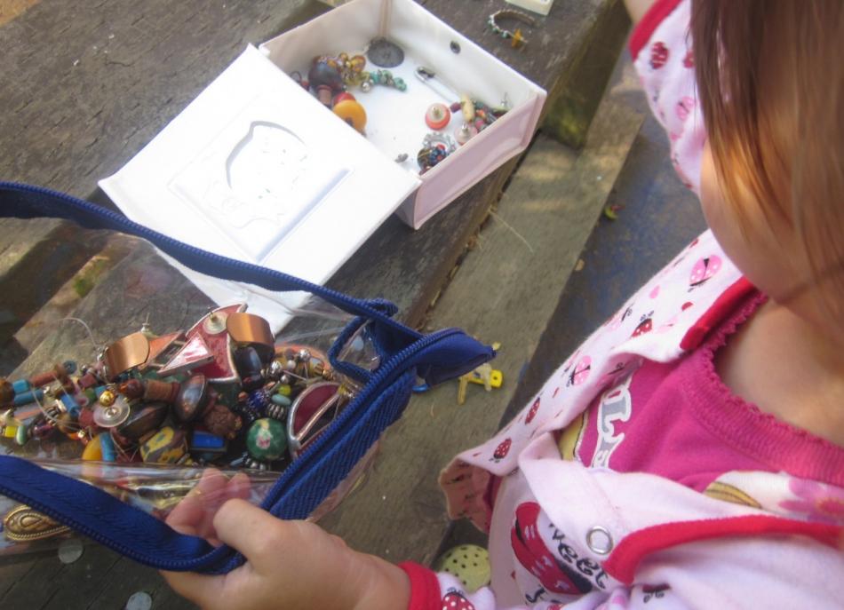 Как сделать органайзер для украшений из вышивальных пялец (4)