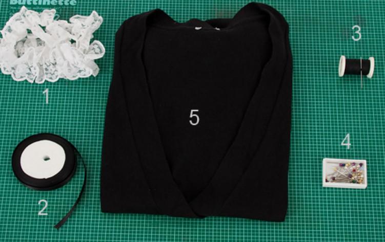 Украшение черного кардигана белым кружевом (7)
