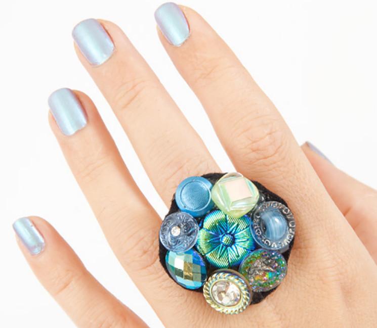 Как сделать праздничное кольцо из пуговиц (7)