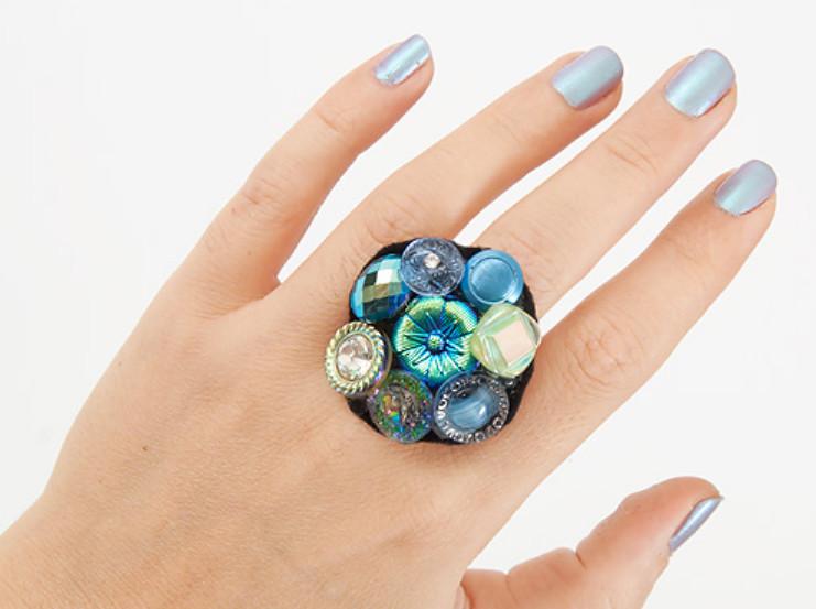 Как сделать праздничное кольцо из пуговиц (6)