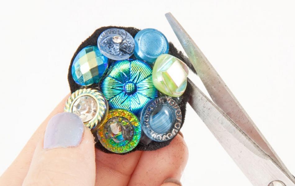 Как сделать праздничное кольцо из пуговиц (3)