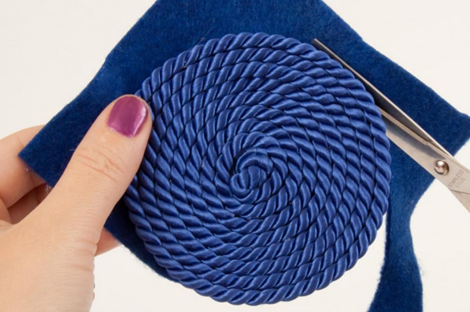 Как украсить ободок шнуром (7)