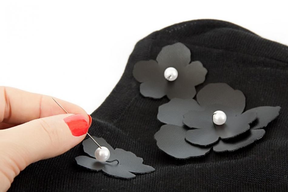 Украшение туники кожаными цветами (1)